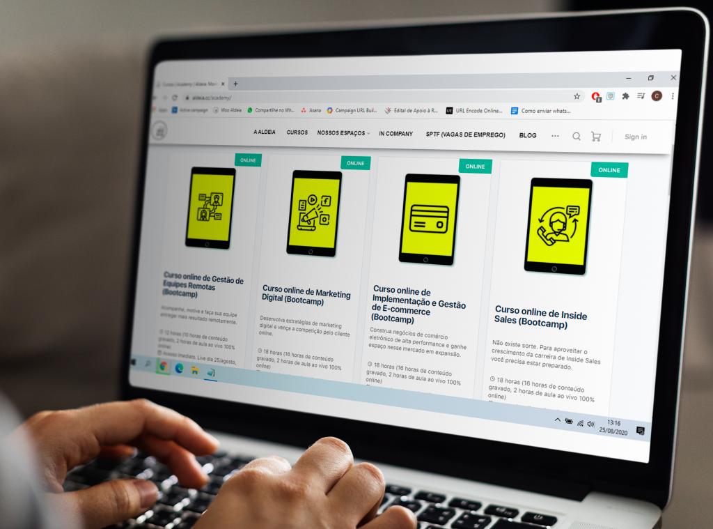 tela de laptop com o site da Aldeia aberto, mostrando os cursos online